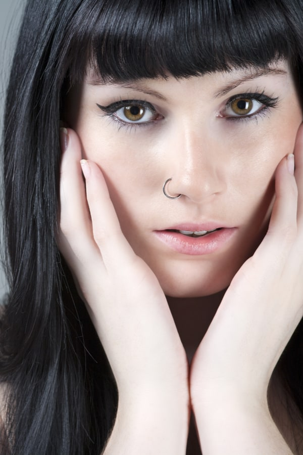 How to remove a hinged nose ring