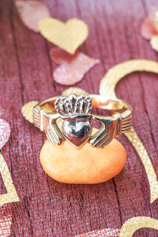 What do promise rings look like